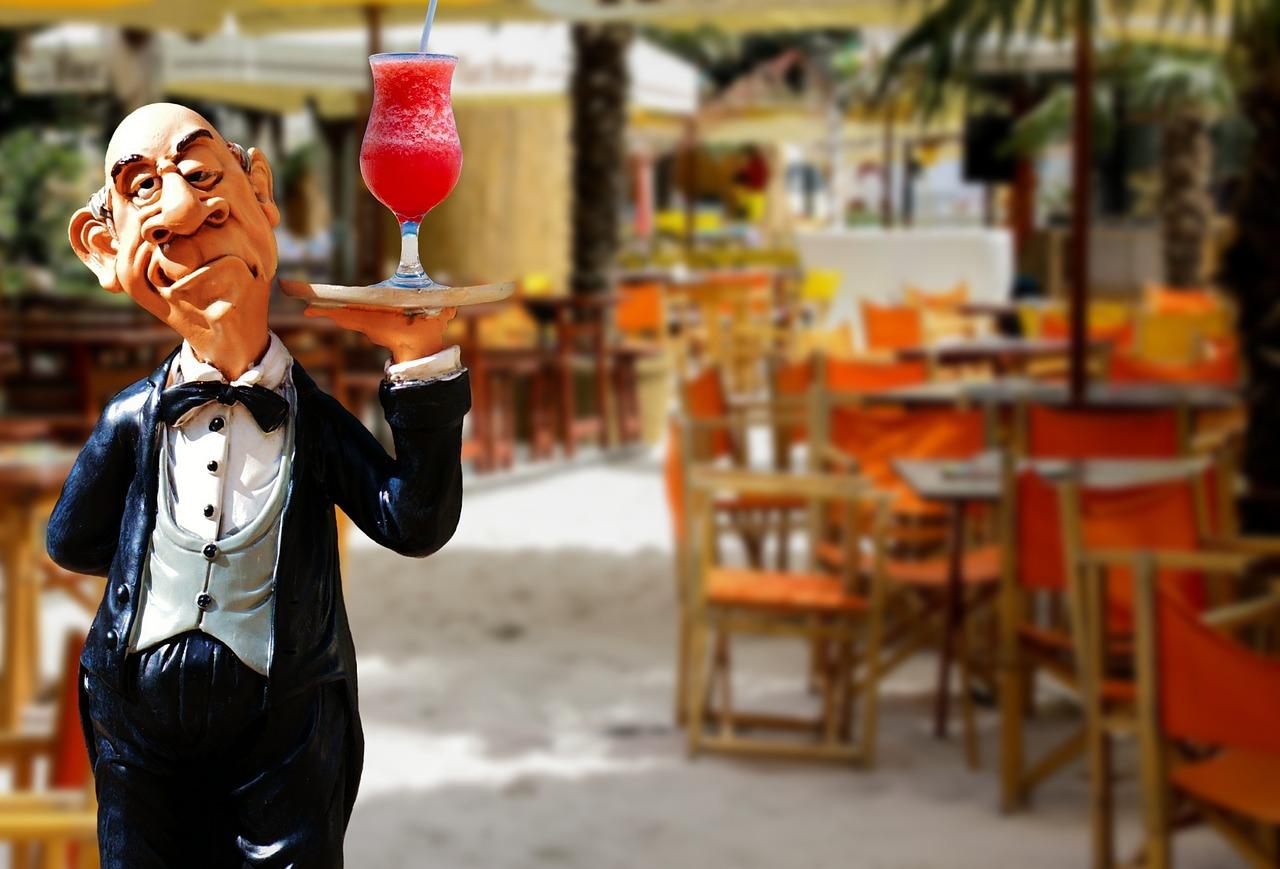 camarero sirviendo a clientes